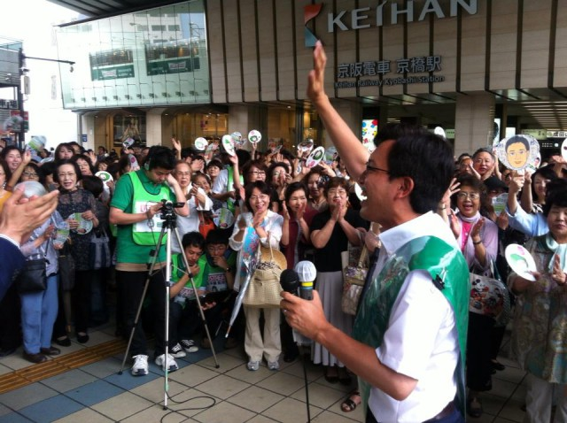 (6月23日、京橋駅前にて)