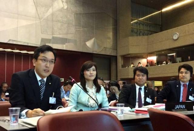 世界若手議員会議で発言する杉久武氏(左)=10月11日 ジュネーブ