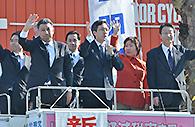 生活者目線の政治を訴える杉氏と熊野氏ら=3日 京都市