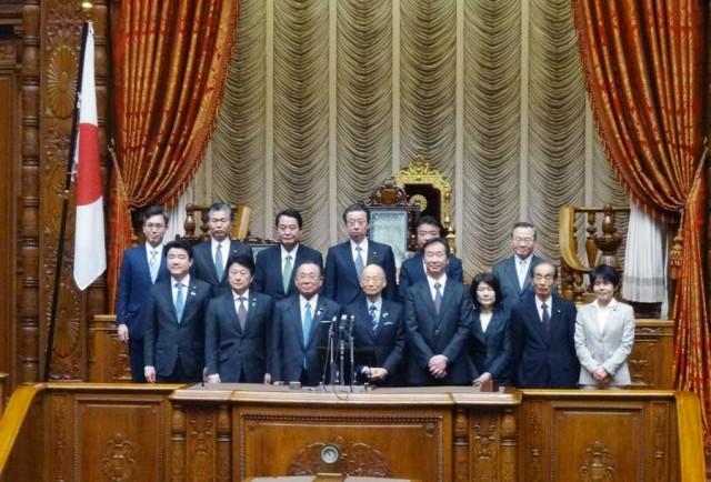 ノーベル賞を受賞された大村智・北里大学特別栄誉教授と梶田隆章・東京大学宇宙線研究所長をお迎えして、祝意を表明する、参議院議員杉ひさたけ