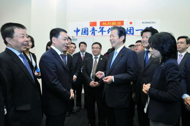 魯団長(前列中央左)と懇談する山口代表(同右)ら=24日 参院議員会館