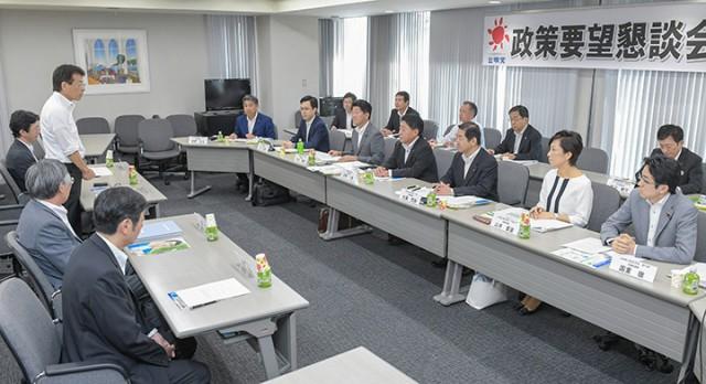 日本弁護士政治連盟大阪支部と活発に議論する北側副代表(右から4人目)ら=6日 関西公明会館