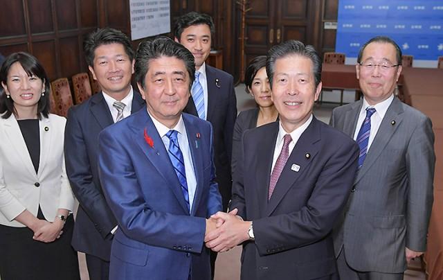 安倍首相(手前左)の表敬を受ける山口代表(同右)ら=12日 参院公明党控室