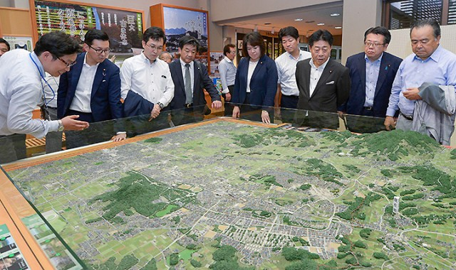 国営飛鳥歴史公園館内を視察する党明日香村プロジェクトチームのメンバーら=22日 奈良・明日香村