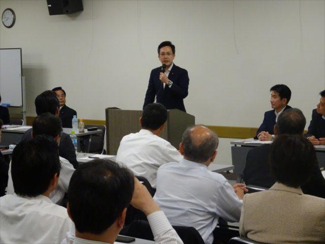 奈良県本部議員総会で挨拶する参議院議員杉久武