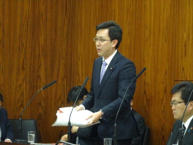 参議院災害対策特別委員会で財務大臣政務官として答弁する杉久武