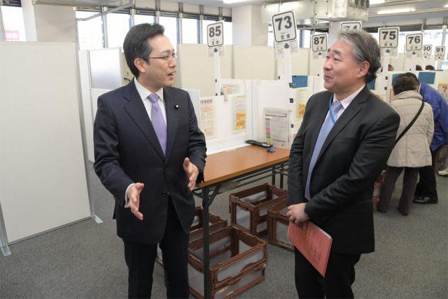 梅田スカイビル内に開設されている大阪国税局の確定申告書作成会場を視察する杉久武財務政務官